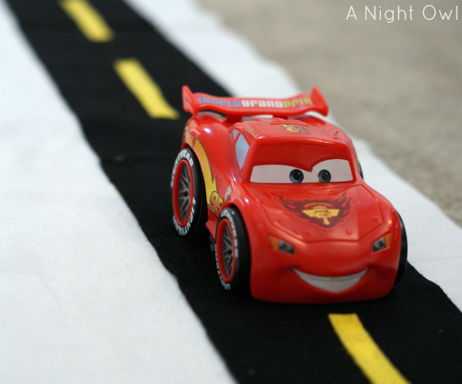 Easy No-Sew Felt Race Track | #kids #crafts #cars #racetrack #nosew