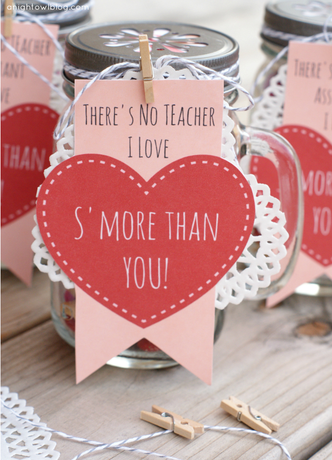 Adorable Teacher Valentines Day gifts! Mason jars filled with s'mores snack mix. Free printables! #masonjars #smores #valentines #valentinesday