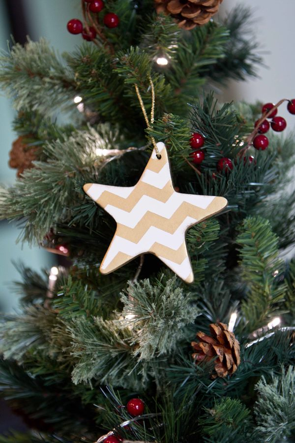 How fab are these ornaments? Just a stencil and gold spray paint and the result is one gorgeous ornament!