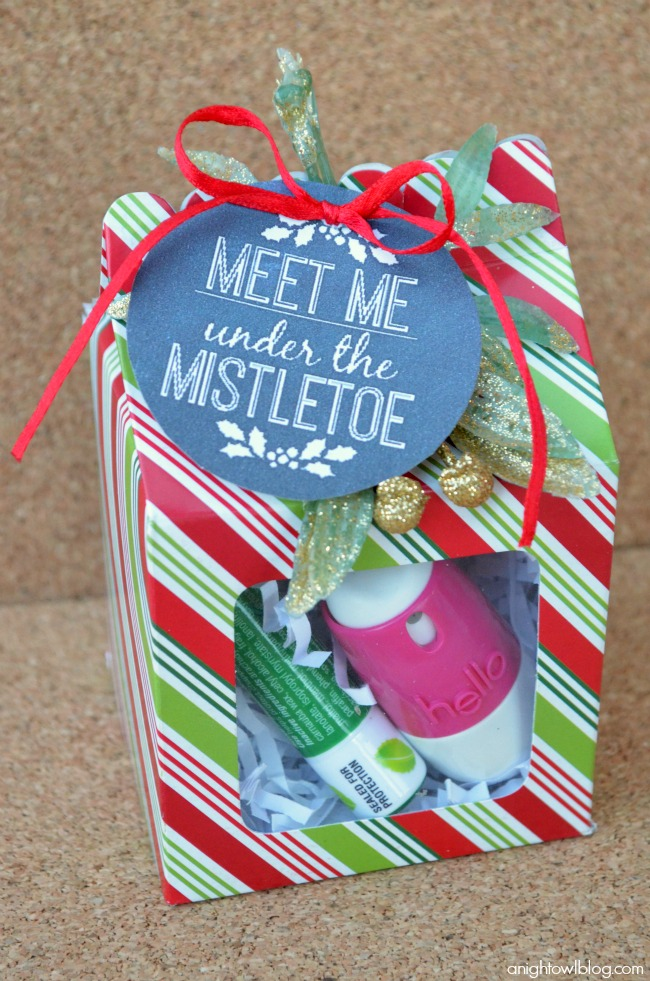 "Such a fun gift idea this holiday season - ""Meet Me Under the Mistletoe"" kit with Hello breath spray!"