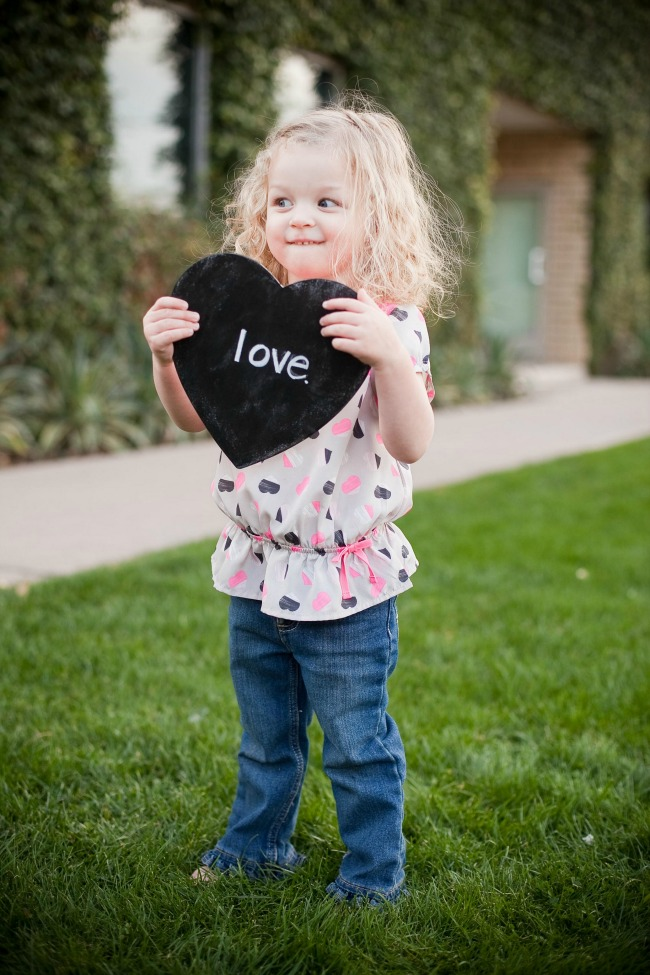 Make these adorable Chalkboard Conversation Hearts with #MarthaStewartCrafts Chalkboard Paints! #12monthsofmartha