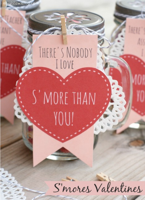 Adorable S'more Valentines Day gifts! Mason jars filled with s'mores snack mix. Free printables! #masonjars #smores #valentines #valentinesday