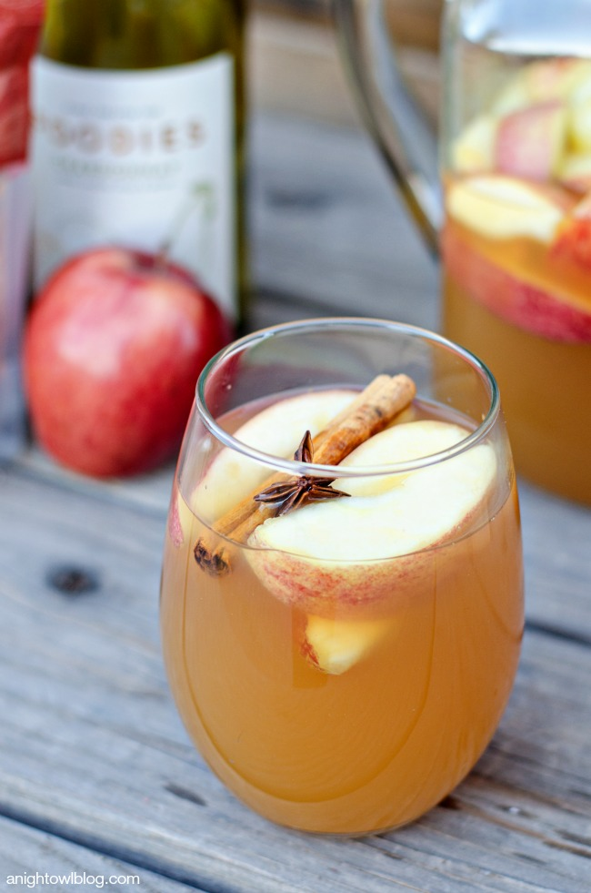 Mulled Apple Cider Sangria - all the warm flavors of Fall in one delicious and festive drink!